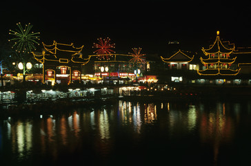 China, Shanghai, Yu Yuang Gardens, the teahouse, ancient shopping area and lake at night