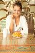 junge blonde frau isst von einem teller pommes frites