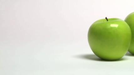 carrellata di mele verdi e di una mela rossa