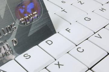 Kreditkarte in einer Laptoptastatur