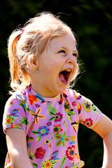 Kind lacht lauthals und herzhaft