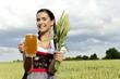 Bayerische Kellnerin im Dirndl auf dem Feld