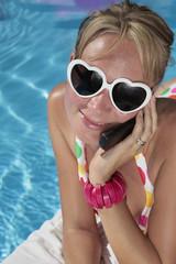 Mujer durante el Verano con Telefono Movil