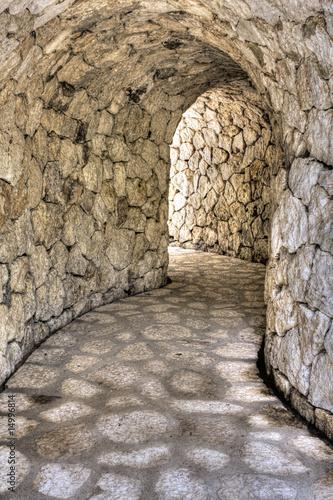 kamienny-tunel
