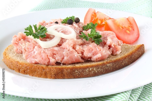 sandwich with mettwurst, tomato and onion - 15009875