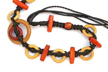 ceinture en macramé avec des perles et des anneaux de bois