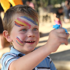 Fête de l'école maternelle - Enfant maquillé et heureux