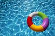 Jugete de Verano flotando en una piscina - 15036402