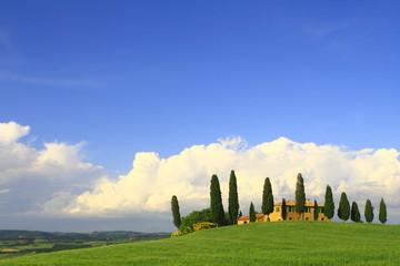 Wolkenhimmel,Zypressen,Haus,Toskana,Val d Orcia,Italien