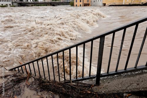 Reissender Fluss bei Hochwasser und Überflutung - 15050059