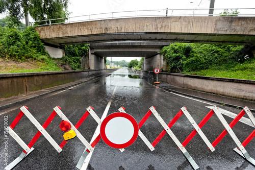 Strasse ist nach Regen überflutet und gesperrt - 15050082