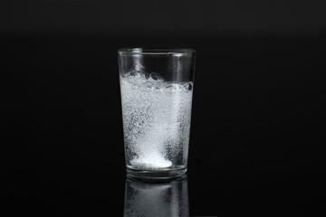 Wasserglas mit Sprudelblasen