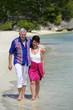 Couple de seniors en balade sur la plage