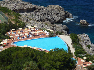 Pool am meer in sizilien