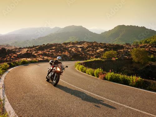 Motorradfahrerin auf Tour in Sizilien - 15082251