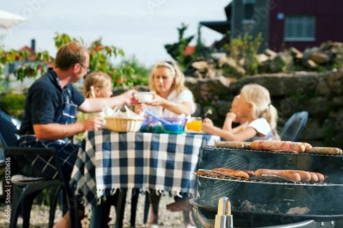 Familie beim Grillen
