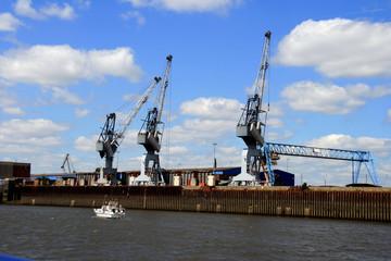 Hafenkräne an den Docks
