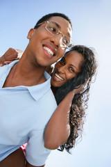 Portrait d'un couple métis souriant