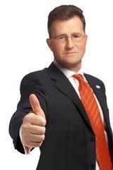Mann mit Brille hält Daumen hoch