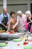 Groupe de seniors en tenue de soirée pour un repas d'été