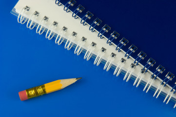 Kurzer Bleistift mit Notizblöcken
