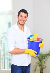 hausmann beim sauber machen und reinigen