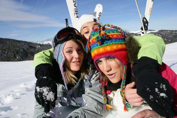 Jeunes femmes étendues dans la neige