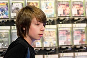 adolescent au rayon jeux vidéo 3