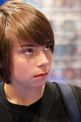 adolescent au rayon jeux vidéo 5