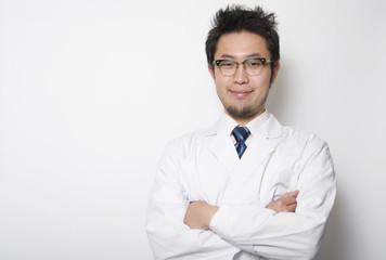 腕を組む日本人男性医師