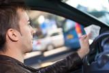 homme en voiture payer le péage sur autoroute des vacances