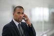 Portrait d'un homme d'affaires métis avec téléphone portable