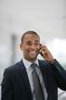 Portrait d'un homme d'affaires souriant au téléphone