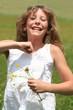 Selbstbewußtes glückliches Mädchen auf der Sommerwiese