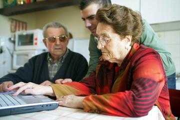 personnes âgées avec aide à domicile