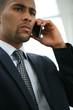 Jeune homme d'affaires métis téléphonant