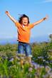 Kind springend in Blumenwiese