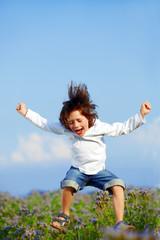 Junge springt vor Freude