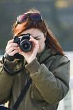 jeune femme photographe touriste photo au reflex numérique poster