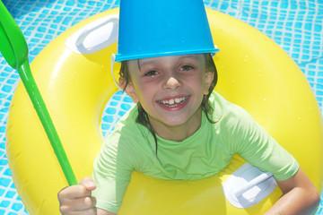 Enfant jouant au chevalier dans la piscine