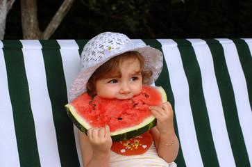 kind  wassermelone  essen