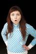 jeune fille surprise par un choc incroyable