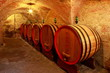 Weinkeller, Eichenfässer mit Rotwein in einem Steinkeller