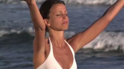 ragazza bruna durante un esercizio yoga