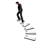 femme d'affaires montant un escalier dans un espace vide