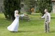 Hochzeitsstrauß übergeben