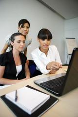 Portrait de femmes au bureau devant un ordinateur portable