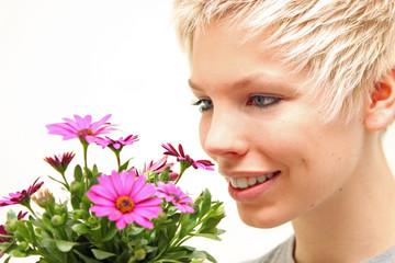 Junge Frau mit Blumenstrauß