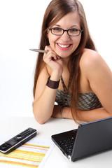 hübsche frau mit brille und laptop