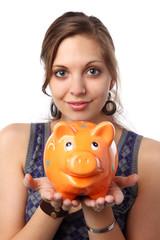 junge frau hält sparschwein